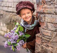 من مد لي من طارف الورد ورده اهديت له من غالي الورد بستان  ومن صب لي فنجان طيبه ومده صبيت له دله .... بدل كل فنجان  #هدية#أزهار#ورد#المتابعين