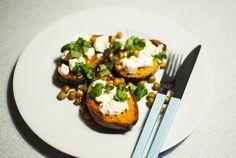 sötpotatis med rostade kikärtor, fetaost och koriander