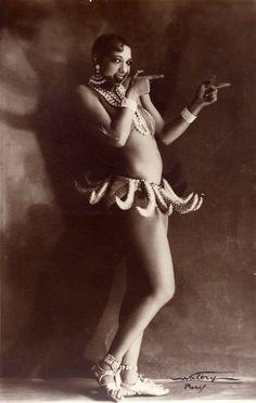 Josephine Baker Banana Skirt 1928. Chanteuse, danseuse et resistante qui a recu la legion d'honneur. Elle passait des messages codes dans ses partitions de musique, entre autres.