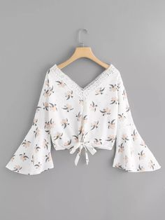 Shop Lace Panel Knot Hem Floral Top at ROMWE, discover more fashion styles online. Crop Top Outfits, Cute Outfits, Floral Tops, Floral Shirts, Western Outfits, Trendy Tops, Fashion Tips For Women, Spring Dresses, Blouse Designs