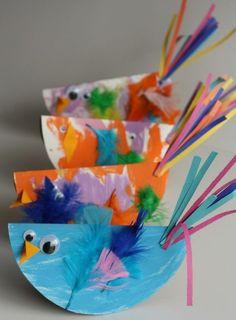 des poussins en papier de couleurs diverses avec des plumes, des yeux mobiles, idée activité manuelle maternelle, primaire, bricolage enfant facile