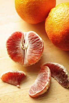 Blood Oranges: contain vitamin C, folic acid, anthocyanins, vitamin A and calcium. #health #fruit