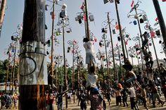 Panjat Pinang. Sebanyak 67 batang pohon pinang disiapkan Taman Impian Jaya Ancol dalam memperingati HUT ke-67 Kemerdekaan Republik Indonesia (RI) di Pantai Festival, Ancol, Jakarta Utara Jumat (17/08). Tema yang diangkat dalam Festival Panjat Pinang 67 ini adalah Ramadhan Merdeka. (Amiri Yandi)