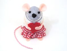 Valentines Gift Love heart  mouse ornament felt by TheHouseOfMouse, €30.00 #LoveEtsyNL