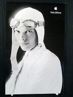 Amelia Earhart, aviadora estadounidense primera en intentar un vuelo alrededor del mundo.