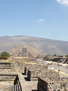 "a different angle from another traveler.     ""Abriéndonos camino en Mexico. Saludos desde Teotihuacan."""
