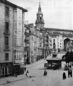 La Plaza de la Virgen Blanca vía @JoseeugeniJose Basque Country, Street View, Iglesias, Plaza, Sweet, Antique Photos, Countries, History, Past