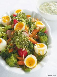 Junges Gemüse trifft wachsweiche Eier und Remoulade: Perfekt für den Osterbrunch!