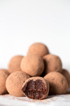 These vegan chocolate orange truffles are a super healthy treat or snack. I also made using half carob pdr and half drinking chocolate equally yummy. Vegan Treats, Healthy Treats, Vegan Desserts, Healthy Nutrition, Plated Desserts, Healthy Eating, Gourmet Recipes, Vegan Recipes, Dessert Recipes