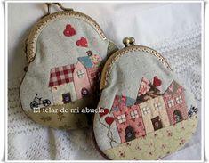 El telar de mi abuela ♥: MONEDEROS CON BOQUILLA CON CASITAS APLICADAS. Sewing Essentials, Frame Purse, Coin Bag, Fabric Bags, Quilted Bag, Cloth Bags, Sewing Crafts, Purses And Bags, Diy And Crafts