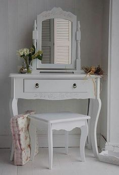 44 New Ideas grey bedroom furniture sets mirror Small White Dressing Table, Dressing Table With Drawers, Grey Bedroom Furniture Sets, Bedroom Decor, Mirror Bedroom, Gray Bedroom, Scandinavian Dressing Tables, Vintage Furniture Design, Small Bedroom Designs