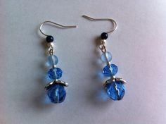 Boucles d'oreilles acier chirurgical type crochet avec pendentifs perles bleue : Boucles d'oreille par nessymatriochka