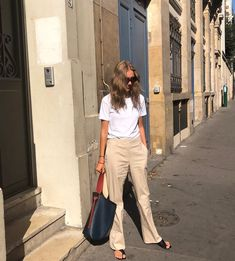 Look Book Fashion. You need to know what suits you best when it comes to clothing so do the appropriate research to find out. Work Fashion, Daily Fashion, Fashion Beauty, Mode Outfits, Fashion Outfits, Womens Fashion, Ladies Fashion, Beige Pants Outfit, Casual Chic