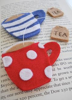 Marcapáginas, broche o adorno con forma de tazas de té