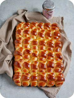 Une brioche avec des minis croissants, c'est la recette que j'ai faite il y a un petit moment et qui a eu un fort succès sur mon Instagram :)L'idée du façonnage, je l'ai dénichée sur Pinterest et si je me souviens bien c'était chez une blogueuse asiatique....