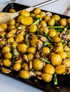 Köfte- Turkiska biffar med paprikasås och tarator - ZEINAS KITCHEN Love Food, A Food, Food And Drink, Wine Recipes, Vegan Recipes, Food From Different Countries, Pak Choi, Juicy Fruit, Food Tasting