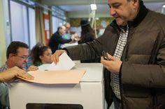 Participantes en el punto de votación de La Salle de Gracia, Barcelona. /ENRIC CATALÀ