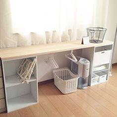 女性で、4LDKのベッド周り/パイン材/室内干し/DIY/作業台/ミニマリスト…などについてのインテリア実例を紹介。「パソコンデスクを作った時の余りの板をカラーボックスに乗せて、洗濯部屋の棚?カウンター?に。 ハンガーは突っ張り棒にかけています。  棚の上に洗濯カゴを置けるので干すのが楽になったし、取りこんで畳んだ洗濯物も上に置いておけるしでなかなか便利に使えています。」(この写真は 2017-07-18 15:03:39 に共有されました)