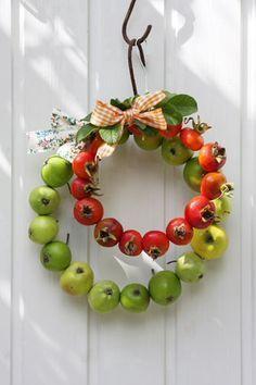 Kranz Herbst Äpfel grün Hagebutten rot Garten Dekoideen Dekoration DIY
