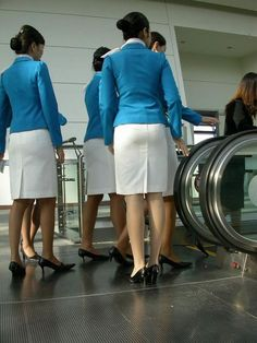 World stewardess Crews: Passengers like to capture behind the crew Airline Uniforms, Cabin Crew, Working Woman, Office Ladies, Flight Attendant, In Pantyhose, Sexy Asian Girls, Beautiful Legs, Sexy Legs
