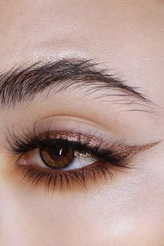 Metallic Eyeliner Is the Beauty Look You'll Be Wearing to Every Festive Party - All About Eyes / Augen Make-up und Pflege - Maquiagem Makeup Goals, Makeup Inspo, Makeup Art, Makeup Inspiration, Makeup Ideas, 80s Makeup, Clown Makeup, Halloween Makeup, Witch Makeup