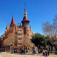 La Casa de les Punxes en realidad se llama Casa Terrades. http://www.viajarabarcelona.org/lugares-para-visitar-en-barcelona/casa-de-les-punxes/ #Barcelona #Modernismo #turismo