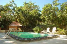 Der Bungalow ist in 3 verschiedenen Einheiten eingeteilt und bietet seinen Gästen 2 gemütliche Studios und eine schönes Appertment, diese können einzeln oder zusammen gebucht werden. In der Mitte des Gartens gibt es einen Pool, der sorgt für die dringend benötigte Erfrischung an heißen Tagen. Jede Einheit verfügt über eine Terrasse und Balkon. #Mauritius #Bungalows I ❤ MAURITIUS…