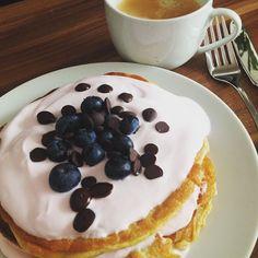 Saturday's #breakfastival: pancakes mit kirschquark getopped mit Xhylit schokodrops und Heidelbeeren  Dazu eine Tasse Kaffee  #breakfast #lchf #lowcarb #LowCarbChallenge #healthy #weightloss #weightlossjourney #transformation #bodytransformation by lowcarbcorner
