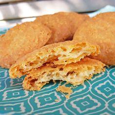 Kaaskoekjes ~ cheesecookies ~ www.hetkeukentjevansyts.nl Cornbread, Cookies, Ethnic Recipes, Food, Snacks, Millet Bread, Crack Crackers, Biscuits, Essen