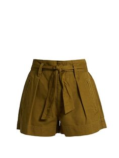 Shop our edit of women's designer Shorts from luxury designer brands at MATCHESFASHION Work Shorts, Green Shorts, Khaki Shorts, Cotton Shorts, Ootd Fashion, Fashion Outfits, Fashion Trends, Tie Waist Shorts, Models