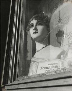 Dora Maar – Mannequin en vitrine, ca. 1935