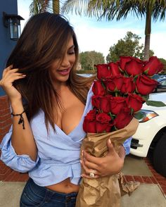 Find images and videos about girl and flowers on We Heart It - the app to get lost in what you love. Beautiful Young Lady, Beautiful Women, Beautiful Images, Beautiful Flowers, Fashion Moda, Womens Fashion, Ana Cheri, Foto Pose, Poses
