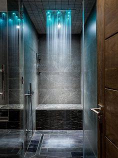 Встроенный в потолок душ в ванной стиля контемпорари