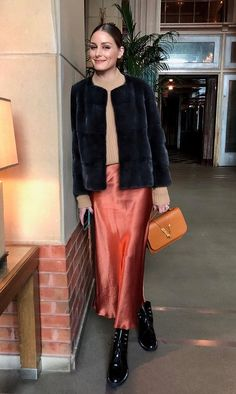 Olivia Palermo street style wearing dior boots and silk skirt Olivia Palermo Street Style, Olivia Palermo Outfit, Olivia Palermo Winter Style, Johannes Huebl, Parisian Chic Style, Autumn Street Style, Fall Looks, Work Fashion, Autumn Winter Fashion