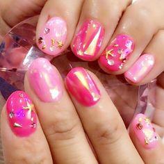 ネイルチェンジ✔️ 2色のピンクはネオンピンクを混ぜて作った色でめっちゃ可愛い色なの❣️ オーロラフィルムを埋め込んでキラキラさせたよ🦄💎✨ 最近スワロじゃないキラキラがマイブーム😊 ユニコーンパウダーとかフィルムとかラメとか🐬💕 ピンクすき♡♡濃い方の色のが好み💞 日焼けした肌に…合う…笑 そんなあたしは派手おばさん…笑 #ジェルネイル #ハンドネイル #セルフネイル #オーロラフィルム #ピンク #派手ネイル #キラキラ #ピンク好き #gelnail #handnail #selfnail #pink #aurora