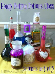 Harry Potter potions class science activity for a birthday party! Harry Potter potions class science activity for a birthday party! Harry Potter Halloween, Harry Potter Motto Party, Magia Harry Potter, Harry Potter Classes, Harry Potter Activities, Harry Potter Thema, Classe Harry Potter, Cumpleaños Harry Potter, Harry Potter Classroom