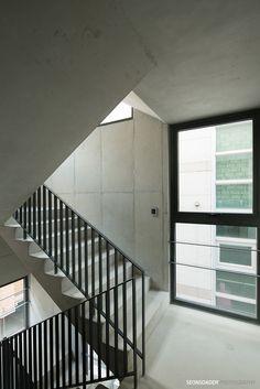 노출콘크리트와 창호만으로 구성된 외관이 주는 느낌은 어린시절 많이 만지작거렸던 큐브와 흡사합니다. 엇갈려 배치된 창호와 콘크리트면이 주는 재미는 안쪽으로 자리한 창호로 인해 더욱 도드라집니다. 1층은 필로티형태의 주차장이 자리하고 있으며 4층과 5층에는 사선제한으로 인한 테라스공간이 마련되어 있습니다. 원룸을 포함한 다세대주택으로 계획된 터라 대부분의 공간이 효율성에 중점을 둔 타이트함으로 채워져있었.. Stairway Railing Ideas, Small Buildings, Facade Architecture, Stairways, Home Projects, Interior, Modern, House, Home Decor