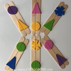 Easy matching game for your little ones! Easy matching game for your little ones! Easy matching game for your little ones! Kids Crafts, Craft Stick Crafts, Toddler Crafts, Craft Sticks, Preschool Shape Crafts, Diy Toys For Toddlers, Matching Games For Toddlers, Easy Games For Kids, Popsicle Stick Crafts For Kids