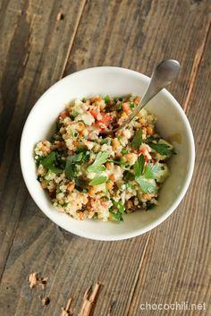 Olen ollut rivien välistä lukevinani, että muillakin on ollu tarvetta nopeille ja helpoille kesäisille ruoille. Quinoasta, tölkkilinsseistä ja kauden vihanneksista syntyy pikainen arkipäivän lounas, joka maistuu myös helteellä. Quinoa on mainio vaihtoehto couscoukselle ja bulgurille, erityisesti jos haluaa vehnän tilalle jotain proteiini- ja vitamiinipitoisempaa sekä gluteenitonta. GoGreenin quinoa on siitä kivaa, että se ei puuroudu yhtä helposti…  Lue lisää