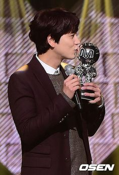 Kyu kissing his 1st trophy. xD