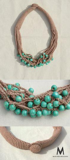 Colar de #crochet Matilda. Cor: marrom com bolas de madeira turquesa. #handmadeforyou Código do produto: 566997