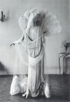 """Evening Gown by Norman Hartnell, 1924 , originally uploaded by Gatochy . """"The long, white evening gown by Norman Hartnell, migh. Glamour Vintage, Vintage Beauty, 1920s Glamour, Hollywood Glamour, Belle Epoque, Looks Vintage, Vintage Love, Retro Vintage, Vintage Style"""