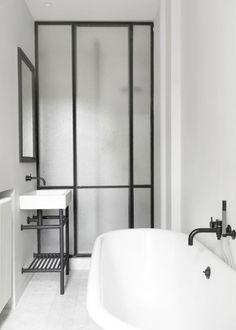 Bathroom with big industrial windows / Verrière : une cloison vitrée dans la salle de bain - Marie Claire Maison