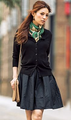 A full skirt and cardigan sweater make for a polished work outfit - Winter Outfits Looks Street Style, Looks Style, Cooler Look, Work Chic, Sweater Making, Work Attire, Mode Style, Club Style, Work Fashion