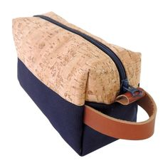 Utilizing mixed materials, this is our take on the classic dopp kit -- great for toiletries and shaving supplies. Features include: Real cork fabric on top. Cork is water-resistant and stain-resistant Dopp Kit, Bag Patterns To Sew, Tote Pattern, Fabric Covered Boxes, Diy Wallet, Cork Fabric, Tablet, Creations, Tote Bag