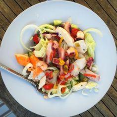 Le truc que j'aurais bien mangé dehors pour @clairesblog et #demaincestlete  Parce qu'aujourd'hui c'est encore un peu l'automne je crois ici  Bon ... On peut rêver un peu  Bon appétit à vous  . #tabledexterieur #pornfood #salade #fruitsdemer #challengephoto #salad #rainyday #igerslille #ilpleutencore #latergram Cobb Salad, Instagram, Food, Bon Appetit, Seafood, Eat Right, Salad, Fall, Meals