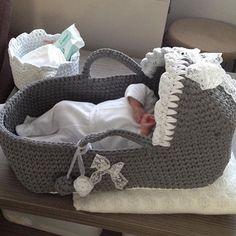 Masallah demeyi unutmayin, Nesrin hanim belcikada, puseti ikamis bebesini yatirmis cok da memnun, boyle resimleri alinca benden mutlusu yok 🙃🙃🙃🙃🙃#bebekpuseti #bebekodasi #bebekhediyesi #penyeipsepet #bebekhediyesi #crochetbaby #babybasket #strickenisttoll #crochetbabyblanket #crochetbaby #bebekhediyesi #hediyelik #pusettakimi #orgupuset #örgüpuset #puset #portbebe #crochetbabybasket #crochetbasket #bebekhediyesi #hediyelik#anakucagi #حياكة #babystrik #babystrikk #breien #pousette #an... Diy Crochet Basket, Crochet Bebe, Crochet Baby Cocoon, Baby Blanket Crochet, Artisanats Denim, Baby Moses, Baby Baskets, Moses Basket, Baby Bassinet