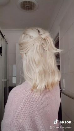 Hair Up Styles, Short Hair Styles Easy, Cute Hairstyles For Short Hair, Medium Hair Styles, Easy Hairstyles, Girl Hairstyles, Short Hair Outfits, Short Hair Hacks, Hairstyles Videos