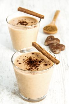 This oh-so-creamy Rockin' Cinnamon Bun Smoothie has all the taste of a cinnamon bun in a healthy treat you can feel good about drinking. Cinnamon is not only a delicious spice, it also offers multiple… Apple Smoothies, Healthy Smoothies, Healthy Drinks, Gourmet Recipes, Mexican Food Recipes, Healthy Recipes, Detox Thermomix, Cinnamon Bun Smoothie, Coffee Breakfast Smoothie