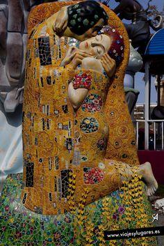 El beso, de Gustav Klimt... besos... en la Falla Na Jordana.